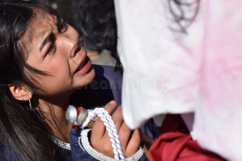 De echte scheuren zenden van de ogen van een vrouw uit die medelijden aan Jesus Christ, straatdrama voelen, viert de gemeenschap  royalty-vrije stock afbeelding