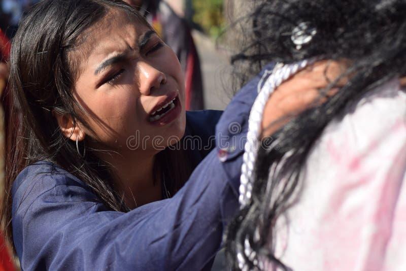 De echte scheuren zenden van de ogen van een vrouw uit die medelijden aan Jesus Christ, straatdrama voelen, viert de gemeenschap  stock fotografie