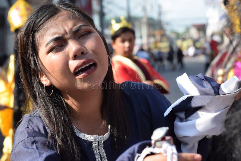 De echte scheuren zenden van de ogen van een vrouw uit die medelijden aan Jesus Christ, straatdrama voelen, viert de gemeenschap  stock afbeeldingen