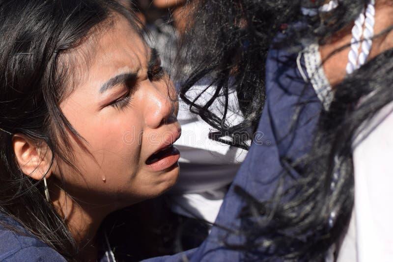 De echte scheuren zenden van de ogen van een vrouw uit die medelijden aan Jesus Christ, straatdrama voelt, viert de gemeenschap G stock foto's