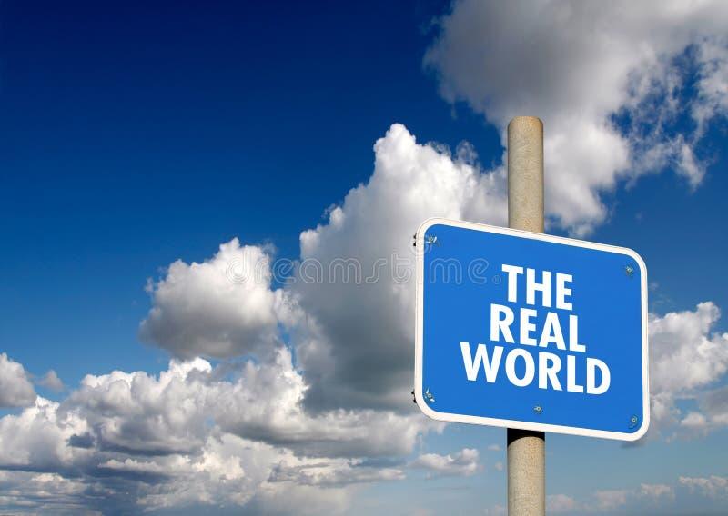 De echte wereld voorziet van wegwijzers stock foto's
