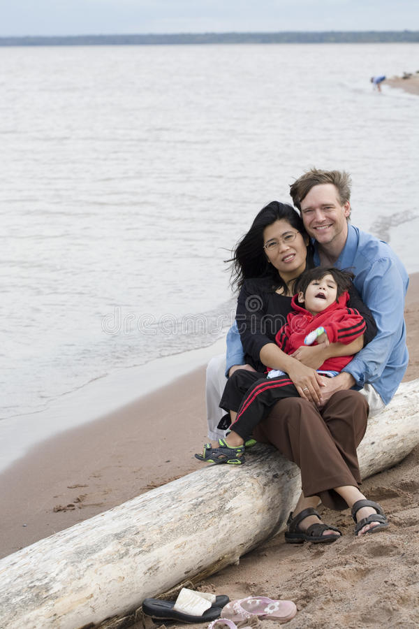 De echtgenoot, de vrouw en de zoon van Biracial royalty-vrije stock afbeeldingen