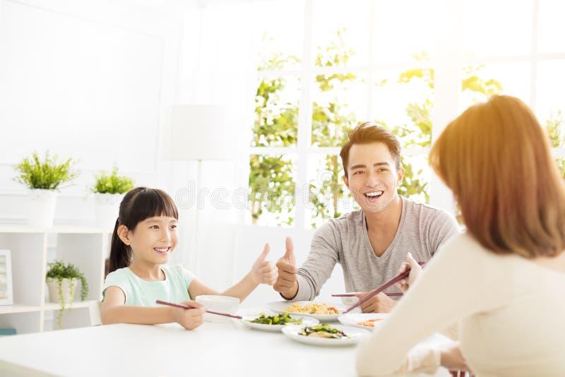 De echtgenoot geeft zijn vrouwenduimen voor het heerlijke diner op royalty-vrije stock afbeelding
