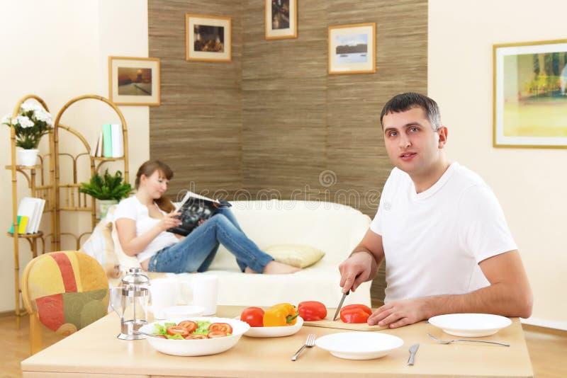 De echtgenoot maakt een ontbijt stock foto's