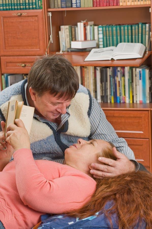 De echtgenoten houden van boeken te lezen. royalty-vrije stock foto's