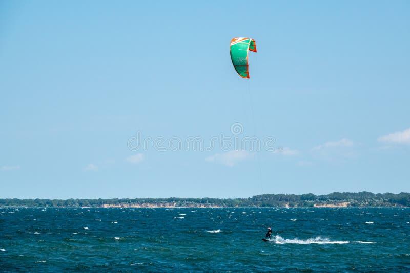 De een Vliegersurfers rennen over het overzees stock foto