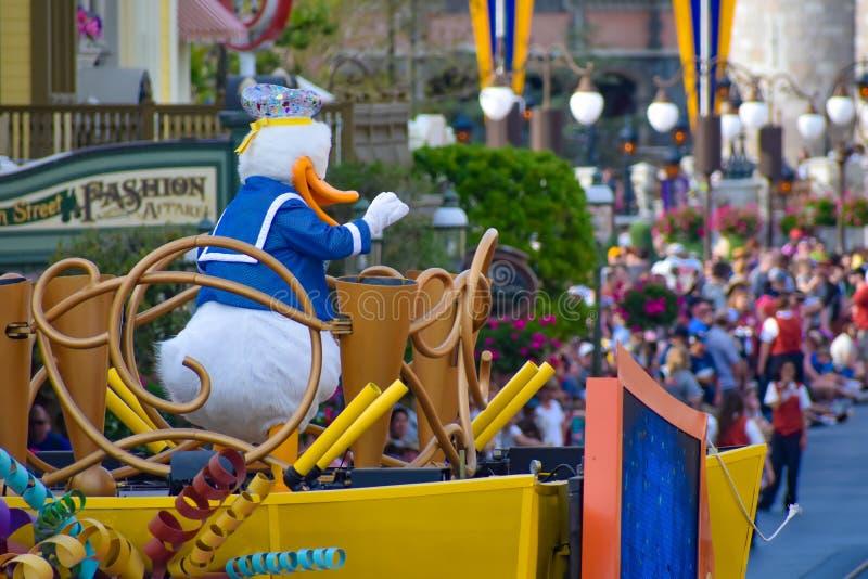 De eend van Donald in de parade van de de Verrassingsviering van Mickey en van Minnie in Walt Disney World 5 stock fotografie