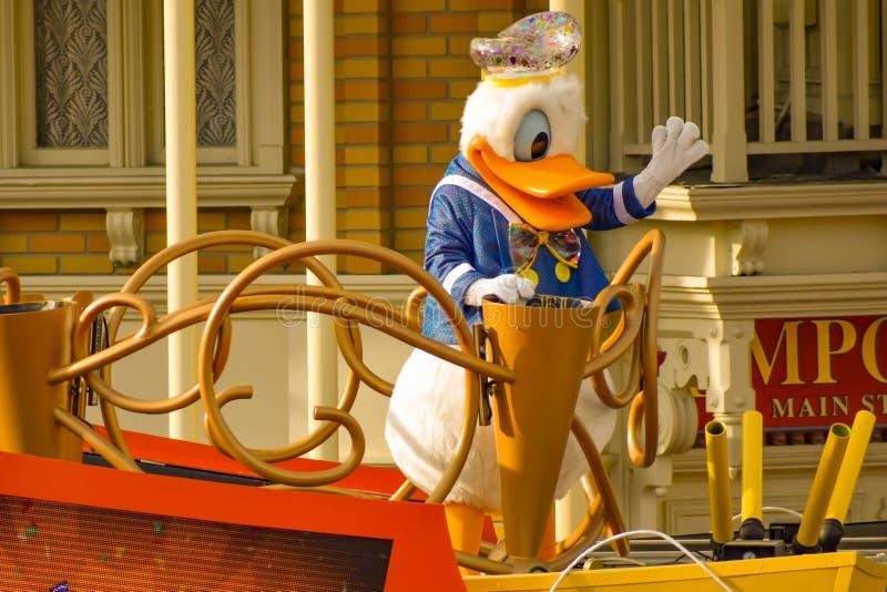 De eend van Donald in de parade van de de Verrassingsviering van Mickey en van Minnie in Walt Disney World 6 stock foto's