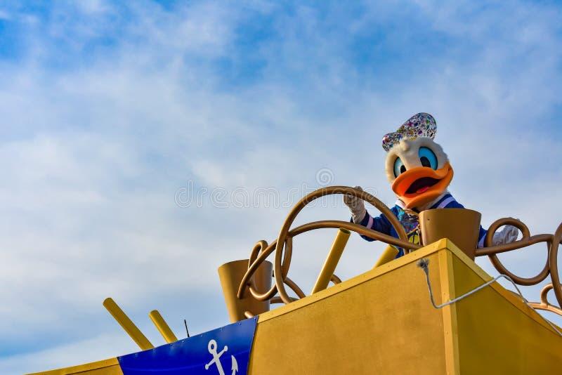 De eend van Donald in de parade van de de Verrassingsviering van Mickey en van Minnie in Walt Disney World 3 stock afbeelding