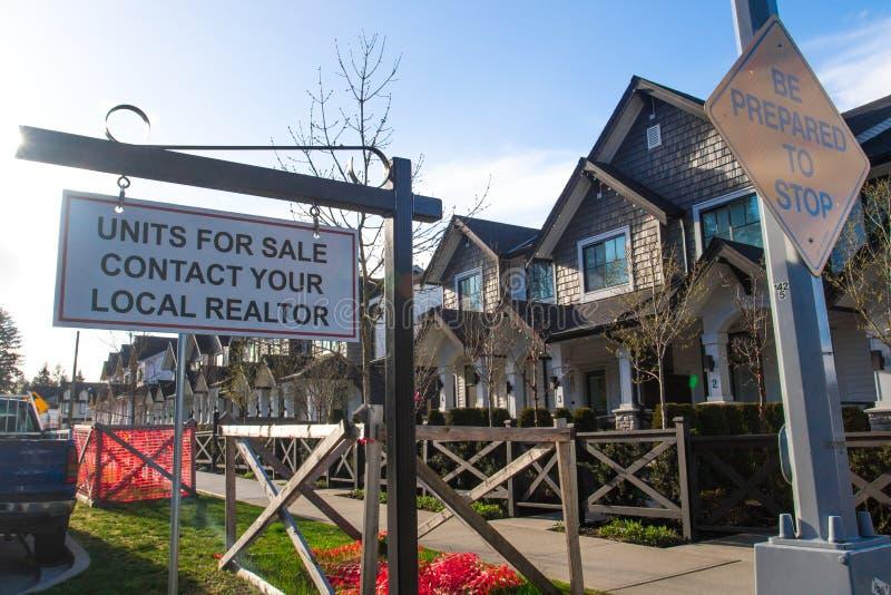 De eenheden voor verkoop contacteren uw lokale makelaar in onroerend goed zingen Voor een huis in een woonbuurt stock foto