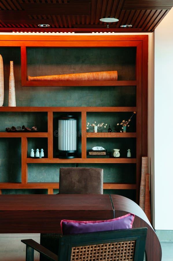 De eenvoudig Aziatisch eigentijds binnenlands stijl van de bureauruimte, comfortabel en w royalty-vrije stock foto's
