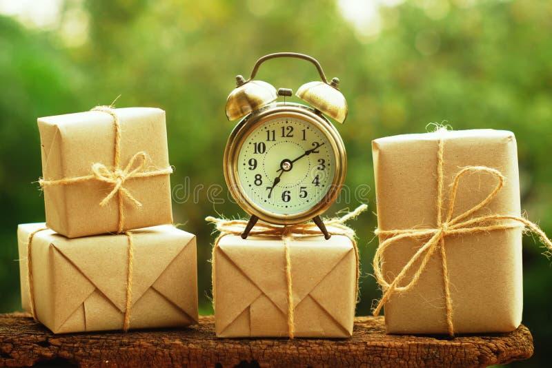 De eenvoudige vakjes van de eco vriendschappelijke gift verpakken omslag met pakpapier en uitstekende klok, groen nieuw jaar huid royalty-vrije stock foto