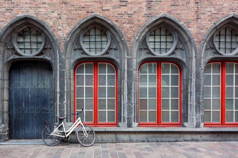 De eenzame fiets die zich tegen de muur van oude historisch bevinden bouwt royalty-vrije stock fotografie