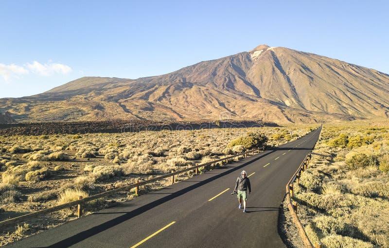 De eenzame fotograaf die van de avonturenreis in Teide Nationaal P lopen royalty-vrije stock afbeeldingen
