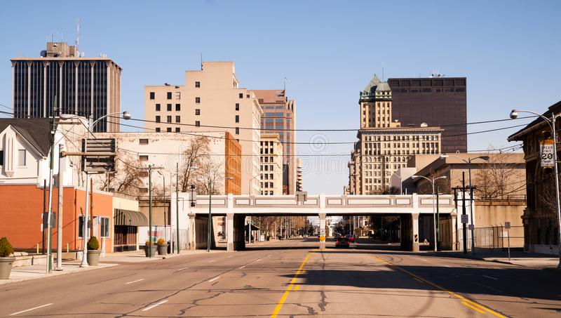 De eenzame van de de Straatstad van de Zondagochtend Troosteloze Horizon Van de binnenstad Dayton stock fotografie