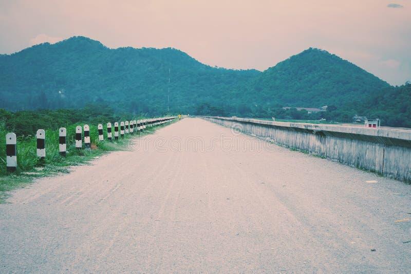de eenzame weg aan de heuvels stock afbeelding