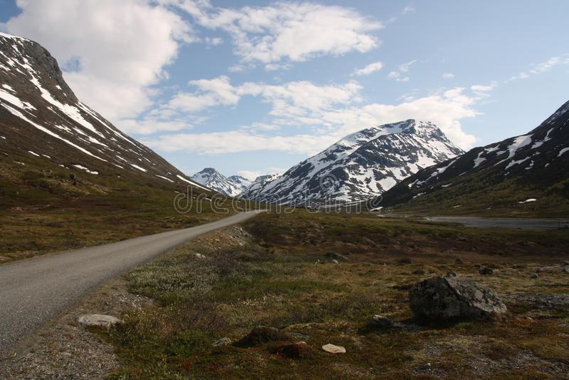 De eenzame wegtrog de bergen stock fotografie