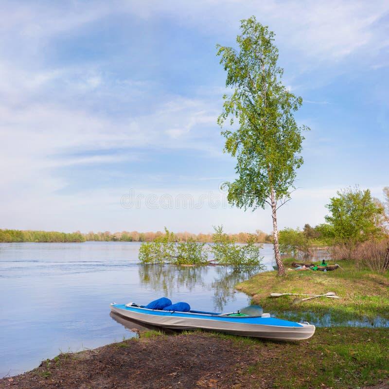 De eenzame zitting van de bootkajak op de kust royalty-vrije stock afbeelding