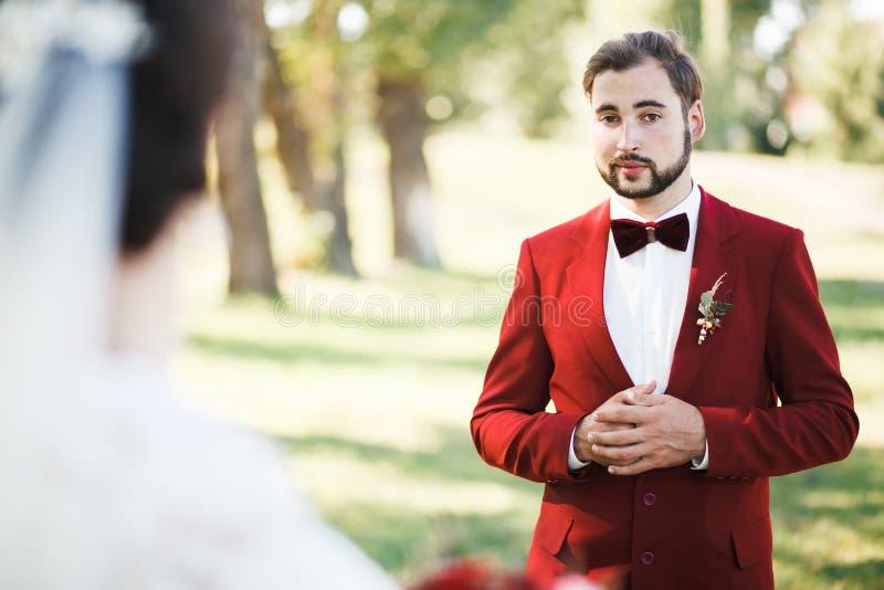 De eerste blik van de bruidegombruid royalty-vrije stock fotografie