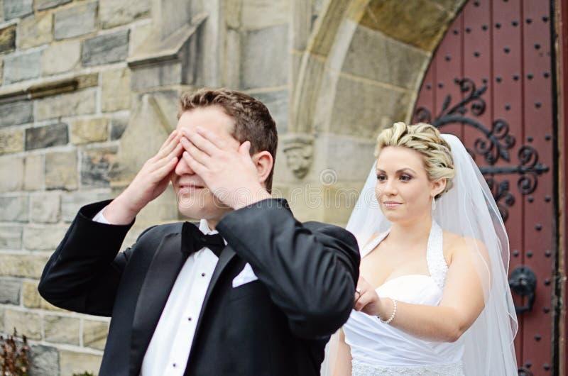 De eerste blik van het huwelijk stock fotografie
