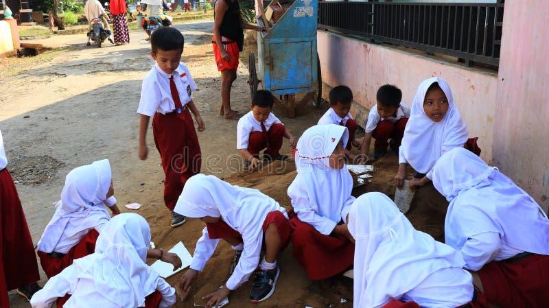De eerste dagschool van basisschoolstudenten stock fotografie