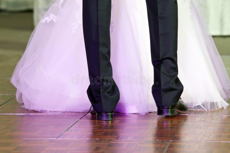 De eerste dans van het huwelijk stock afbeeldingen