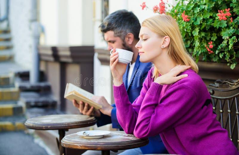 De eerste datum van vergaderingsmensen Paarterras het drinken koffie Toevallig ontmoet kennissenopenbare ruimte Apps normale mani stock afbeelding