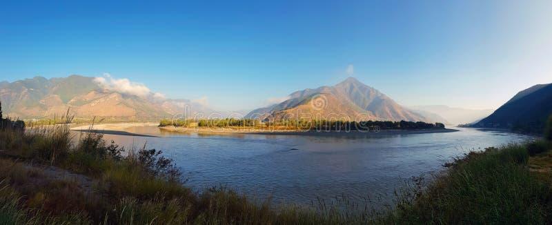 De Eerste Kromming van Yangtze-Rivier dichtbij het dorp van Shigu, Yunnan, China stock afbeelding