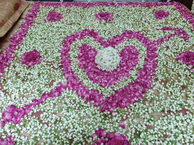 De eerste Nacht Romantische Slaapkamer met Bloemen stock foto