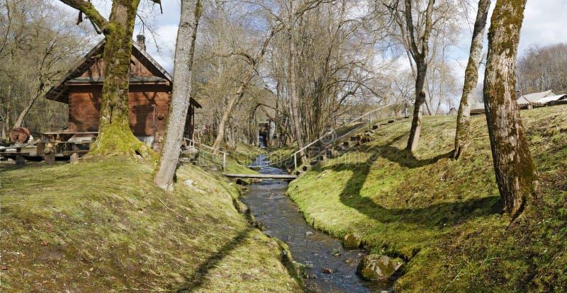 De eerste zonnige dag van de lentemaart in Litouws dorps panoramisch landschap stock fotografie