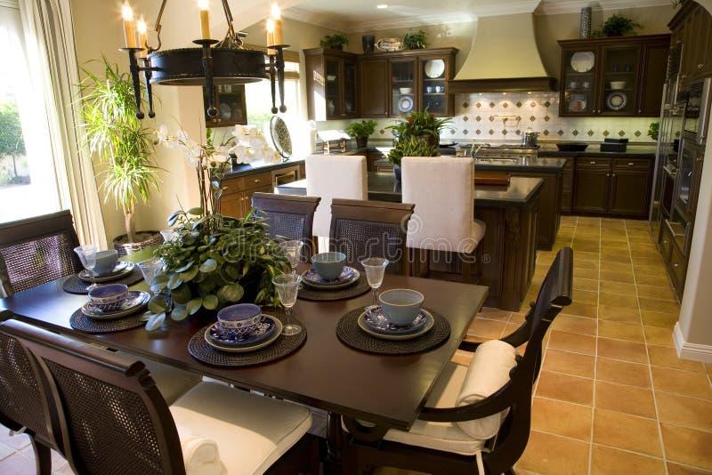 De eettafel en de keuken van het landgoed. royalty-vrije stock afbeeldingen