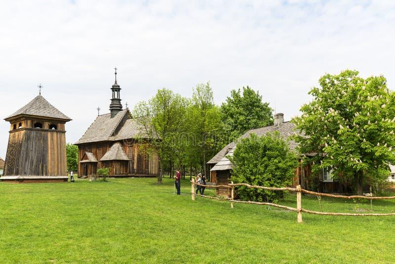 de 18de eeuw houten kerk in openluchtmuseum, landelijk landschap, Tokarnia, Polen royalty-vrije stock afbeeldingen