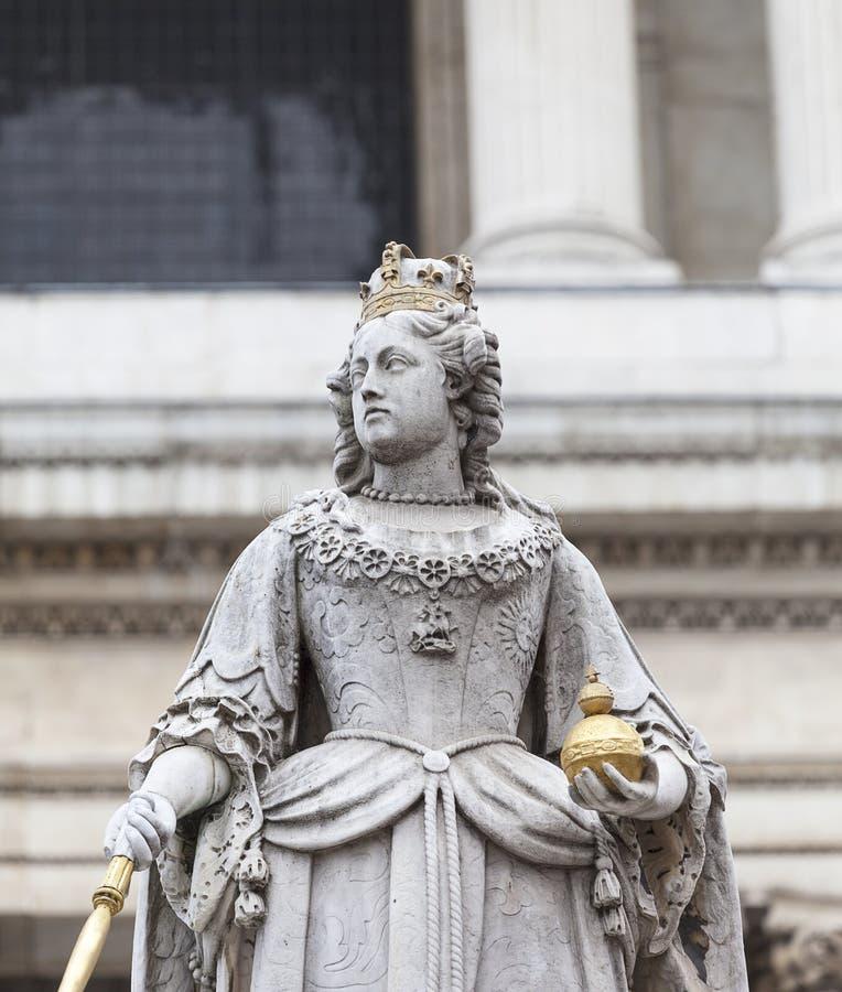 18de eeuw St Paul Cathedral en standbeeld van Koningin Anne, Londen, het Verenigd Koninkrijk stock foto's