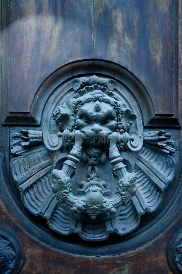 De eeuwenoude deur van de kunst stock foto's