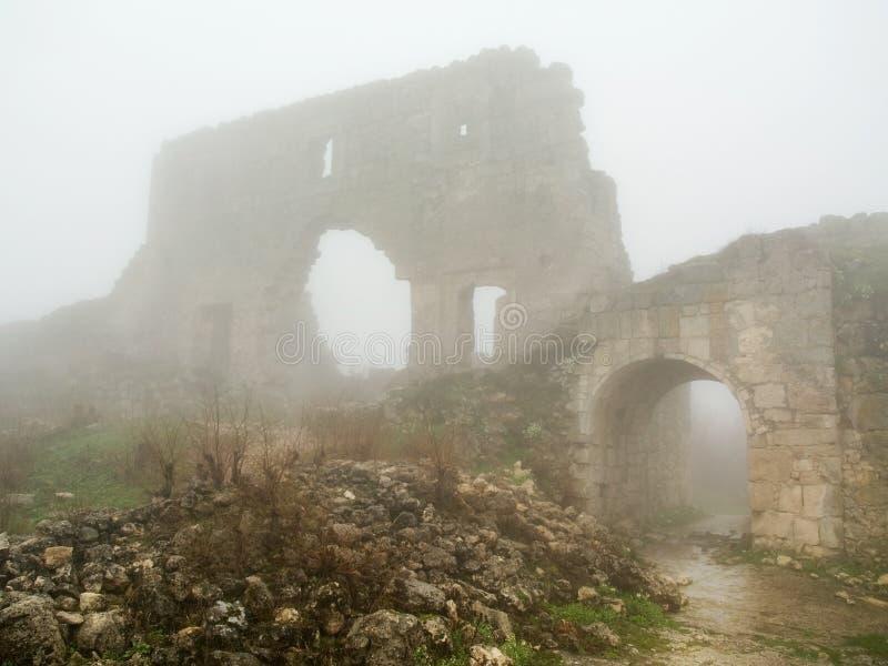 De eeuwenoude ochtend van de bolwerkpoort overspannen mist stock afbeelding