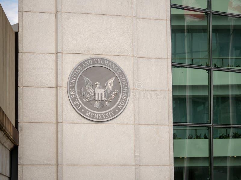 De Effecten van Verenigde Staten en van seconde van de Uitwisselingscommissie embleem op ingang van gelijkstroom-de bouw dichtbij royalty-vrije stock afbeeldingen