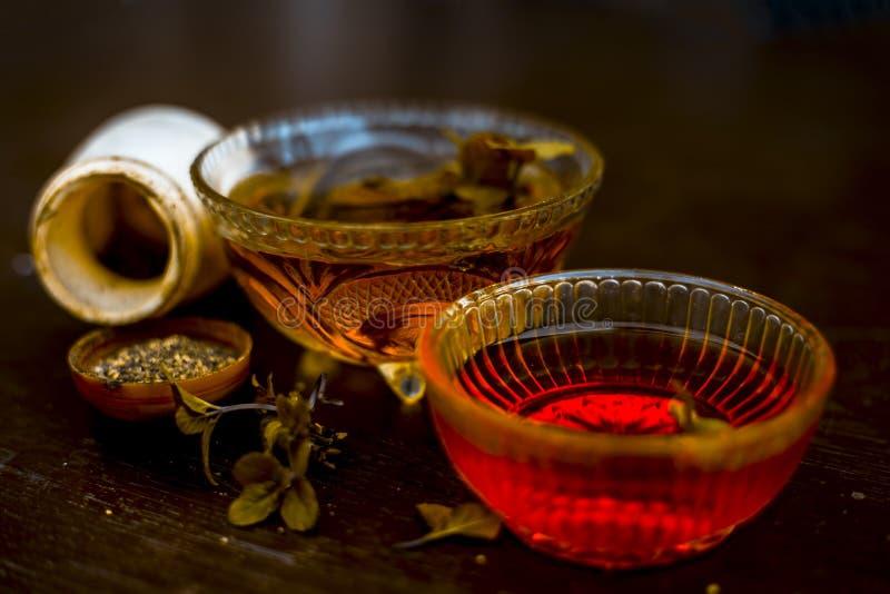 De effici?nte en gelovige ayurvedic huisremedie voor Koorts en kan verkoudheid zijn: Ruwe honing, zwarte peper en munt of pepermu royalty-vrije stock afbeelding
