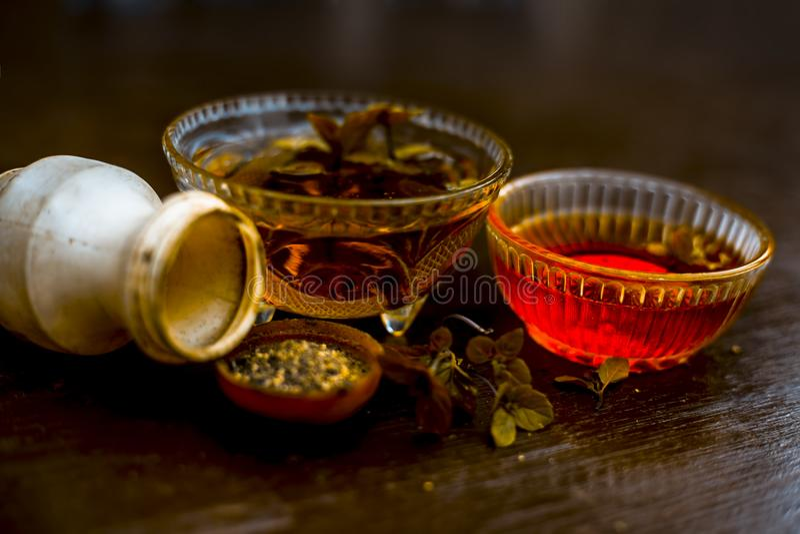 De effici?nte en gelovige ayurvedic huisremedie voor Koorts en kan verkoudheid zijn: Ruwe honing, zwarte peper en munt of pepermu stock foto's
