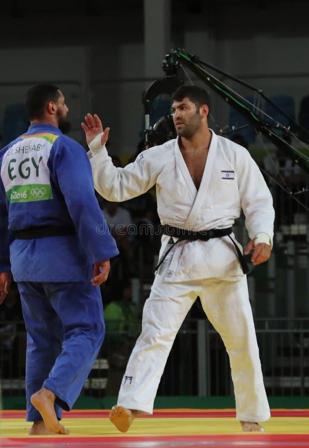 De Egyptische Judoka-Islam Gr Shehaby L weigert om handen met Israëlisch Ori Sasson na verliezende mensen te schudden +100 kg-gel royalty-vrije stock foto's