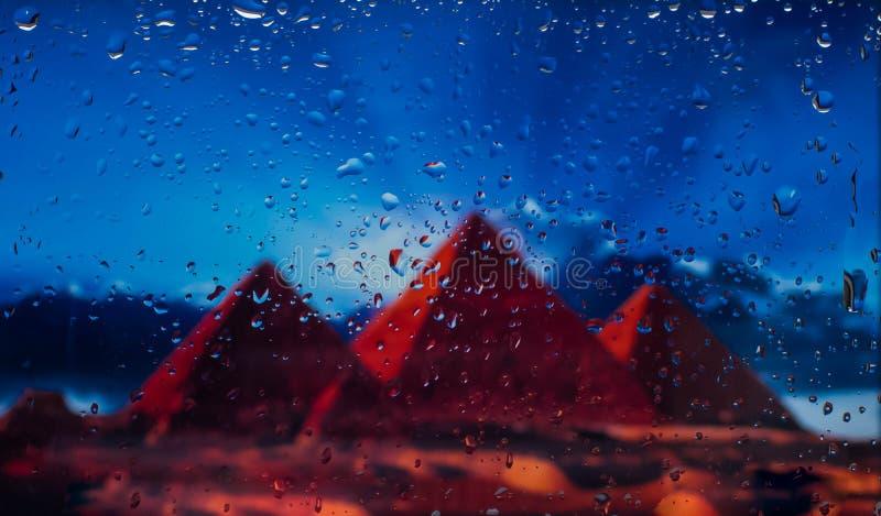 De Egyptische piramidesa mening van de stad van een venster van een hoog punt tijdens een regen Nadruk op dalingen royalty-vrije stock foto's