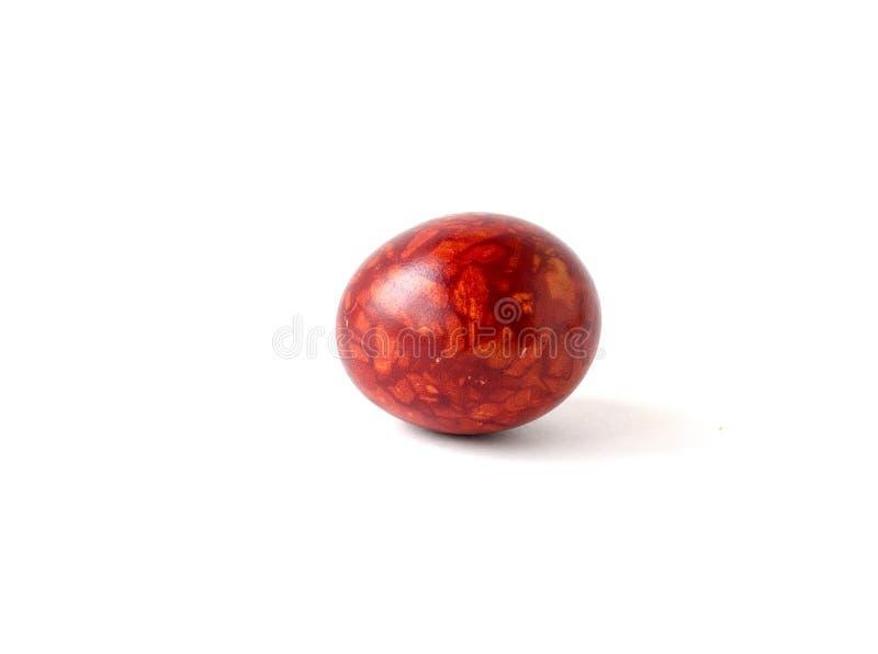 Is de ei gekleurde uienschil geïsoleerd op een witte achtergrond Als marmer Oranje Kleur Handwork Pasen stock afbeeldingen