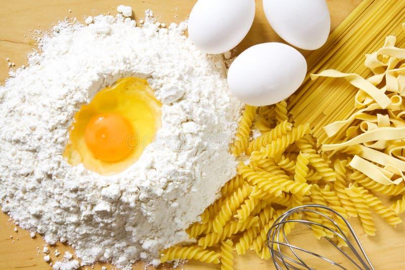 De eieren en de deegwaren van de bloem stock fotografie
