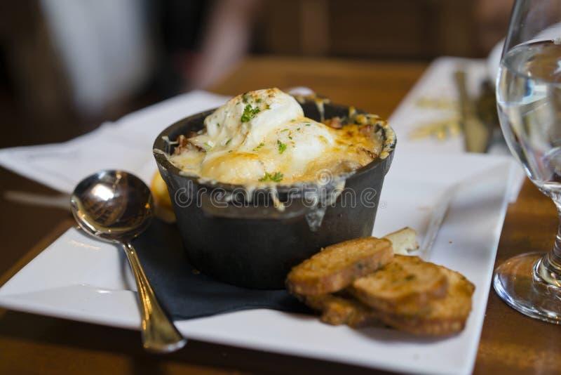 De eieren stroopten met kaasbacon en hakten aardappels gekruid verstand stock afbeeldingen