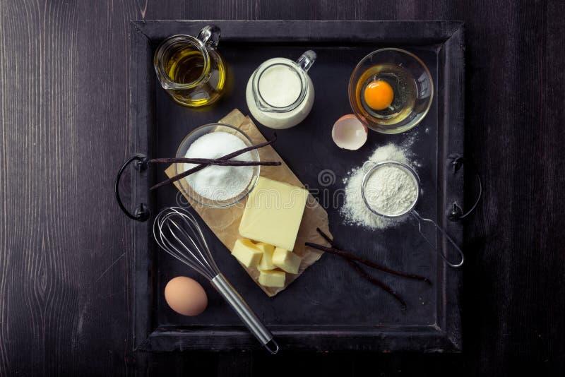De eieren van bakselingrediënten, bloem, suiker, boter, vanille, room royalty-vrije stock fotografie