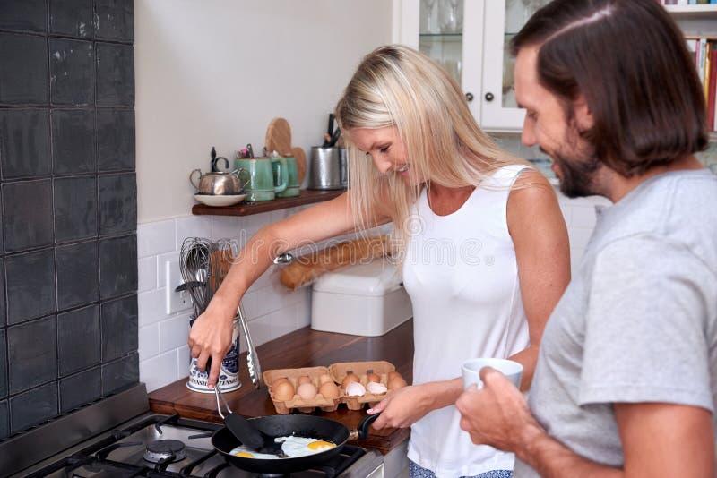 De eieren van het paarontbijt stock foto's