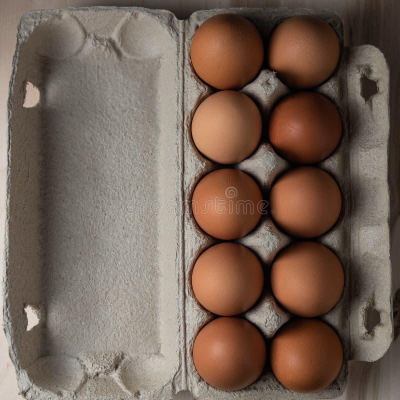 De eieren van de verpakkingskip op een houten achtergrond sluiten omhoog royalty-vrije stock afbeeldingen