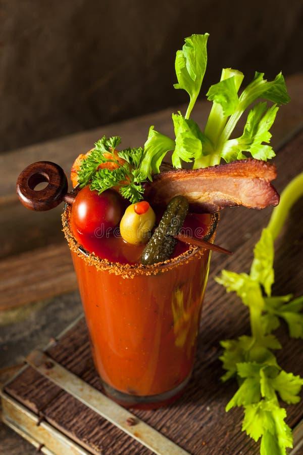 De eigengemaakte Bloody mary van de Bacon Kruidige Wodka stock afbeeldingen