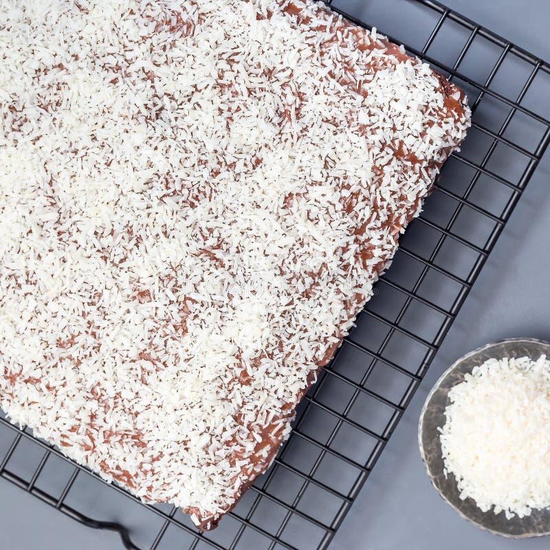 De eigengemaakte brownie met kokosnoot schilfert, Zweeds dessert Karleksmums, bij het koelen van rek, hoogste mening, vierkant fo royalty-vrije stock foto's