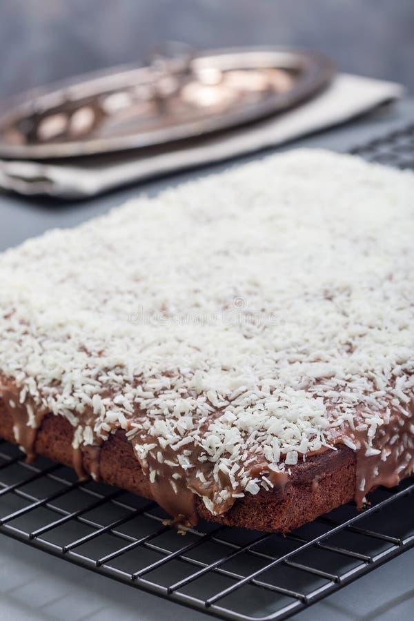 De eigengemaakte brownie met kokosnoot schilfert, Zweeds dessert Karleksmums, bij het koelen van verticaal rek af, royalty-vrije stock afbeeldingen