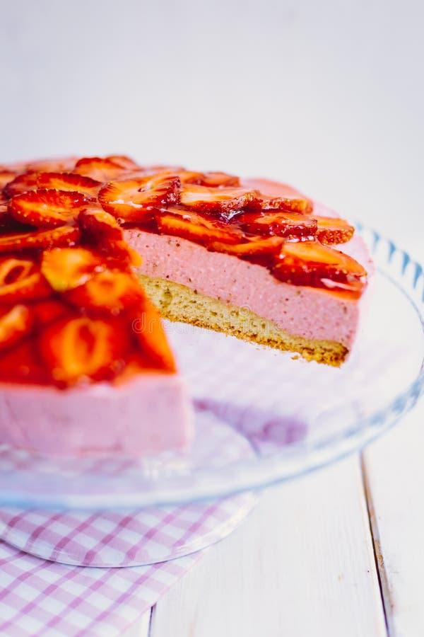 De eigengemaakte cake van de aardbeimousse met munt royalty-vrije stock afbeelding